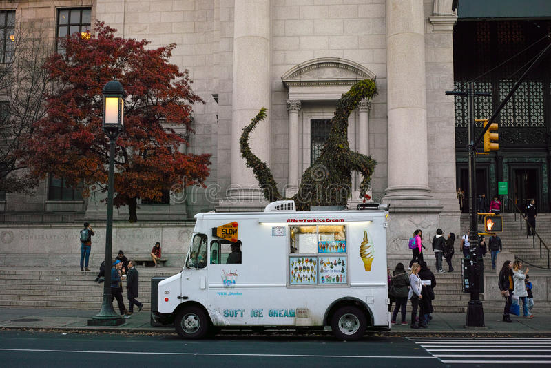 在自然Histo前面美国博物馆的白色冰淇凌搬运车  库存图片