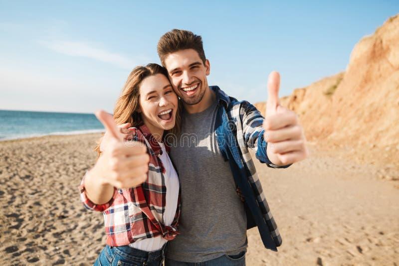 在自由供选择假期野营的年轻爱恋的夫妇外部 图库摄影