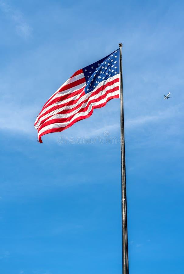 在自由岛的美国国旗在纽约 库存图片