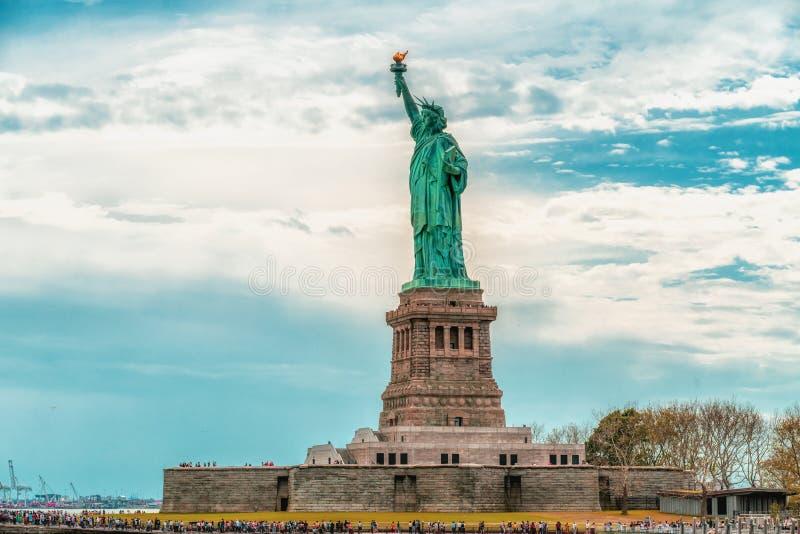 在自由岛,纽约的自由女神像 多云天空蔚蓝背景 免版税库存照片