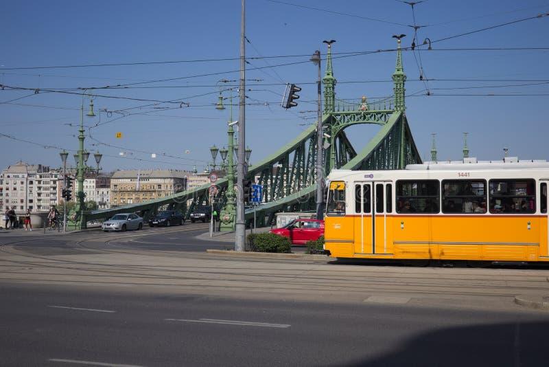 在自由桥梁的电车在布达佩斯,匈牙利 库存照片