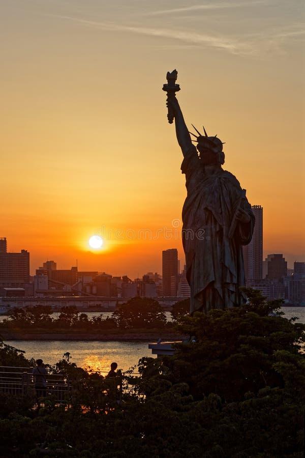 在自由雕象的日落在御台场 免版税库存图片