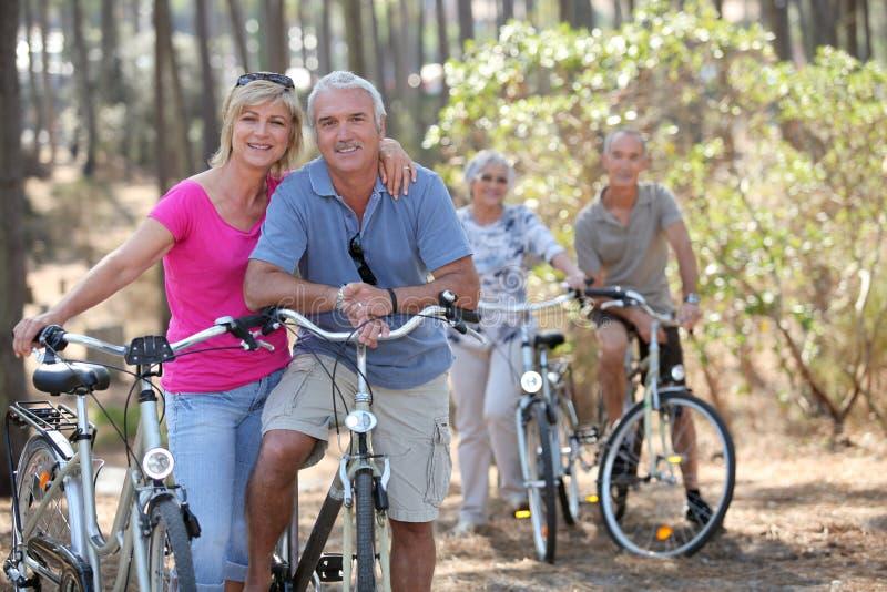 在自行车乘驾的夫妇 库存照片