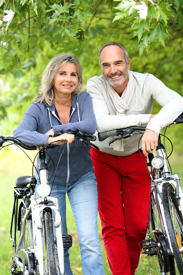 在自行车乘驾以后的愉快的夫妇 库存图片