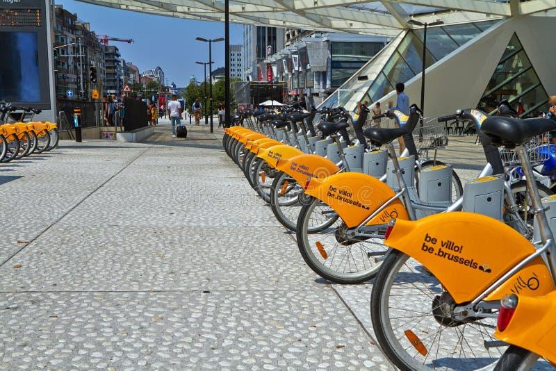 在自行车停放的Villo自行车分享在街道上的驻地 公交在布鲁塞尔 库存图片