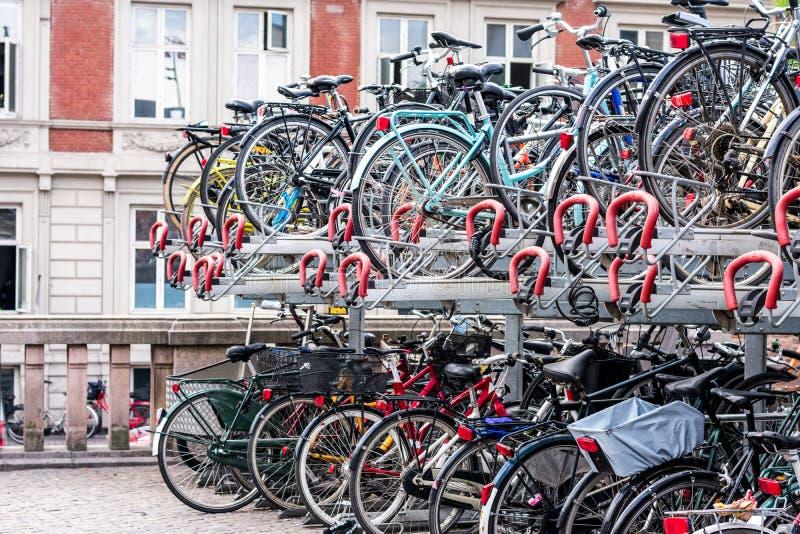 在自行车机架堆积的很多自行车 库存图片