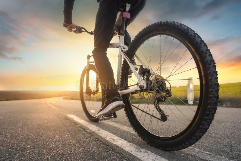 在自行车的乘驾在路 免版税库存照片