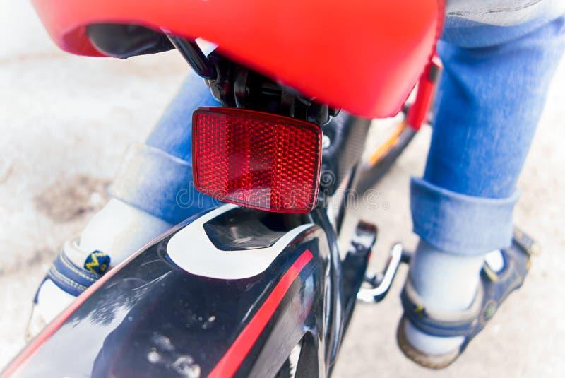 在自行车的儿童骑马 后方反射器特写镜头  免版税库存照片