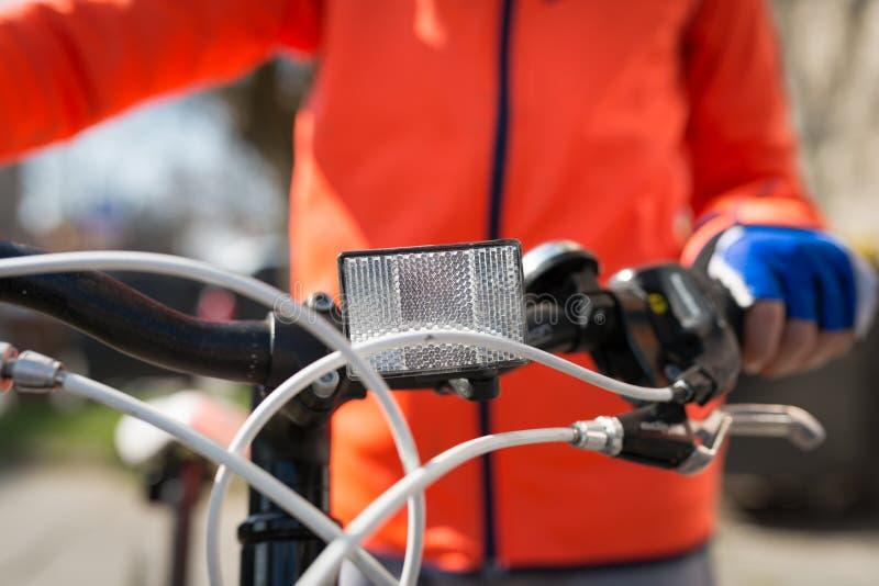 在自行车的前面白色反射器 免版税库存照片