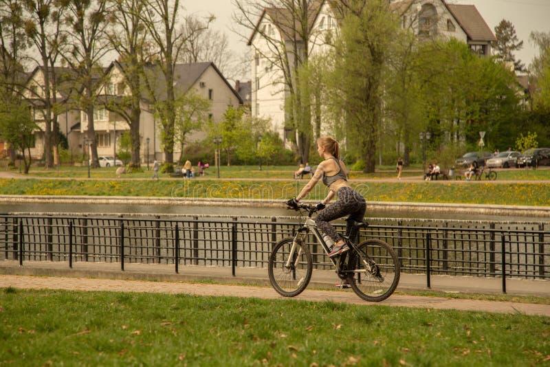 在自行车的女孩移动 免版税库存图片