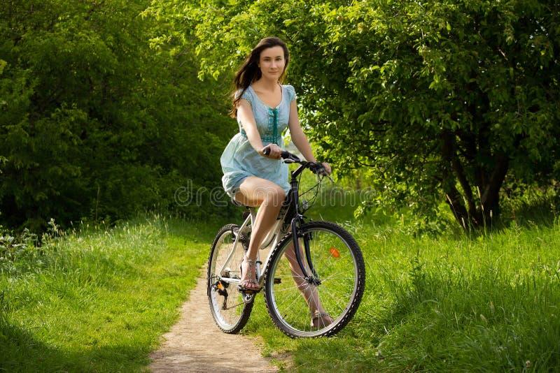 在自行车的女孩 免版税库存照片
