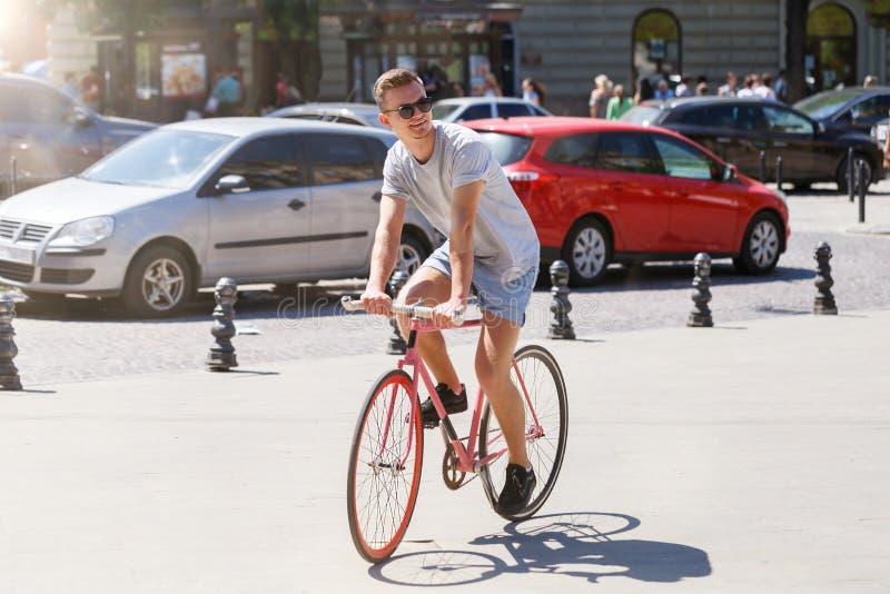 在自行车的年轻人骑马 库存图片