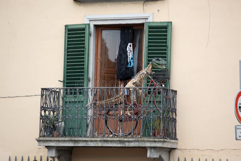 在自行车的恐龙 免版税库存照片