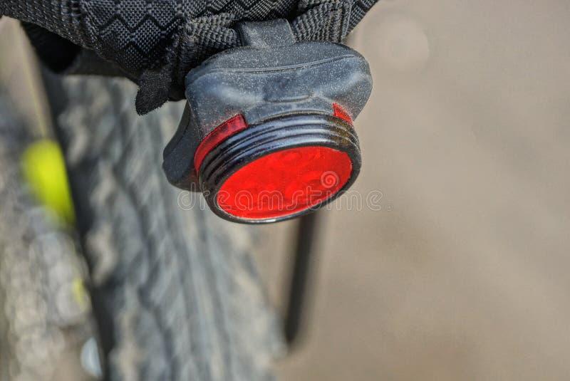 在自行车的树干的红色塑料圆的反射器 免版税图库摄影