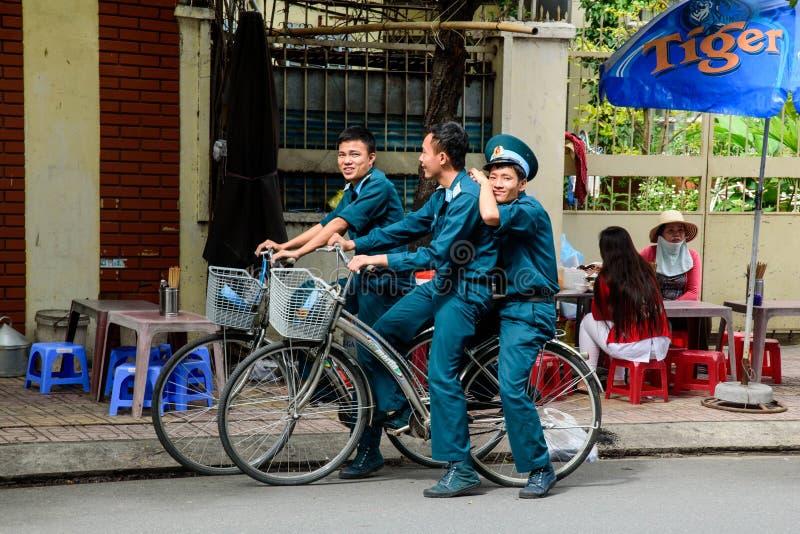 在自行车的警察 图库摄影
