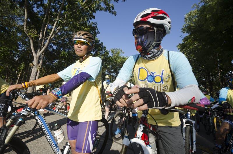 在自行车的Cyclicts爸爸的 免版税库存照片