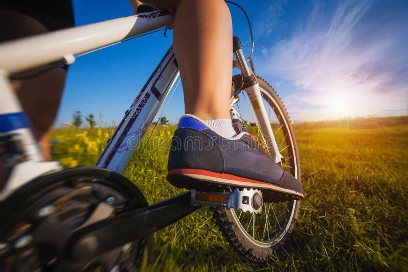 在自行车脚蹬的脚  免版税库存图片
