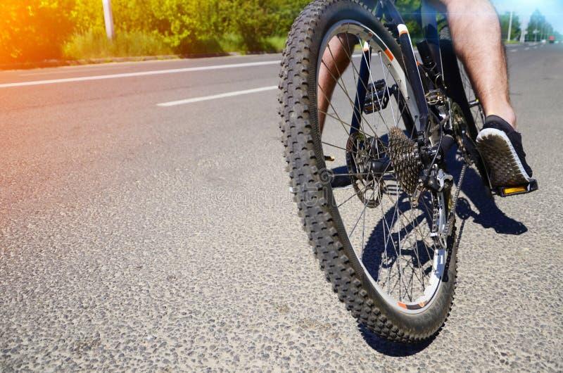 在自行车脚蹬的脚  库存照片