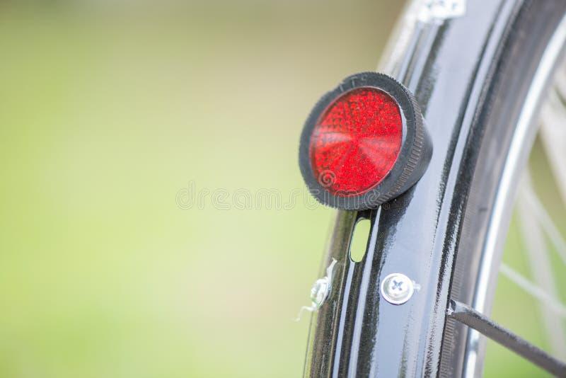 在自行车轮子的后方红色反射器 免版税库存照片