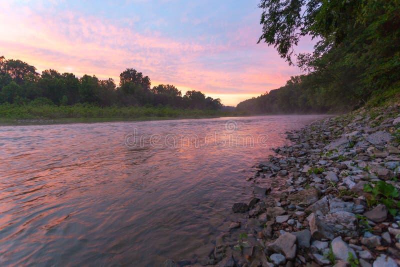在舔的河的日落 库存图片