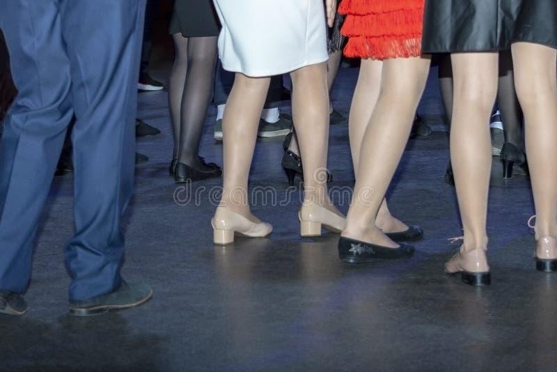 在舞池上的许多人舞蹈,迪斯科 免版税库存图片