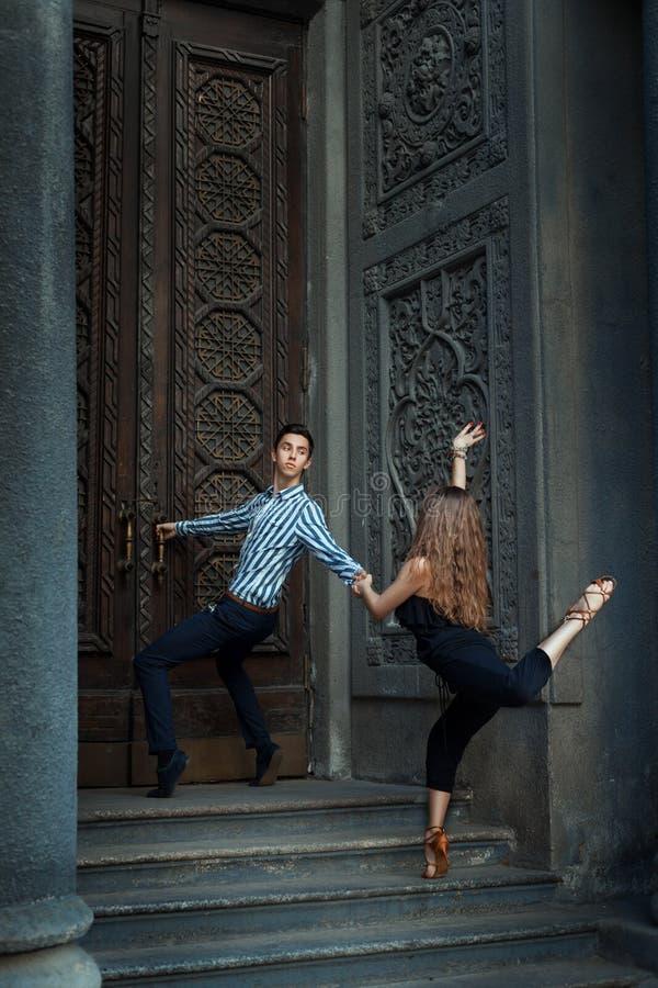 在舞蹈历史的女孩和男孩跳舞 免版税图库摄影