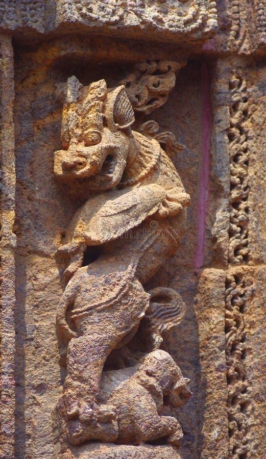在舞蹈平台,苏里亚mandir,科纳克太阳神庙的Simha-gaja 装饰元素 石弯曲的13个世纪广告 库存照片