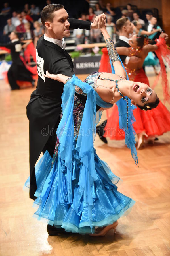 在舞蹈的一对未认出的舞蹈夫妇摆在全垒打Standart期间在德国人开放冠军 免版税图库摄影