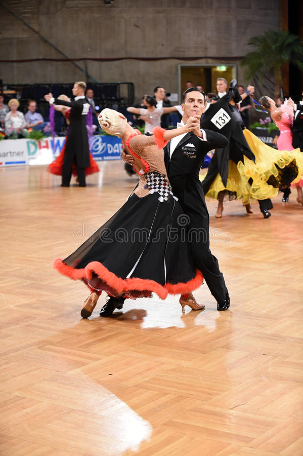 在舞蹈的一对未认出的舞蹈夫妇摆在全垒打Standart期间在德国人开放冠军 图库摄影