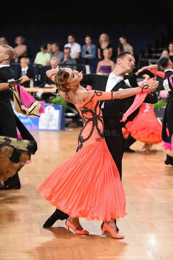 在舞蹈的一对未认出的舞蹈夫妇摆在全垒打Standart期间在德国人开放冠军 免版税库存图片