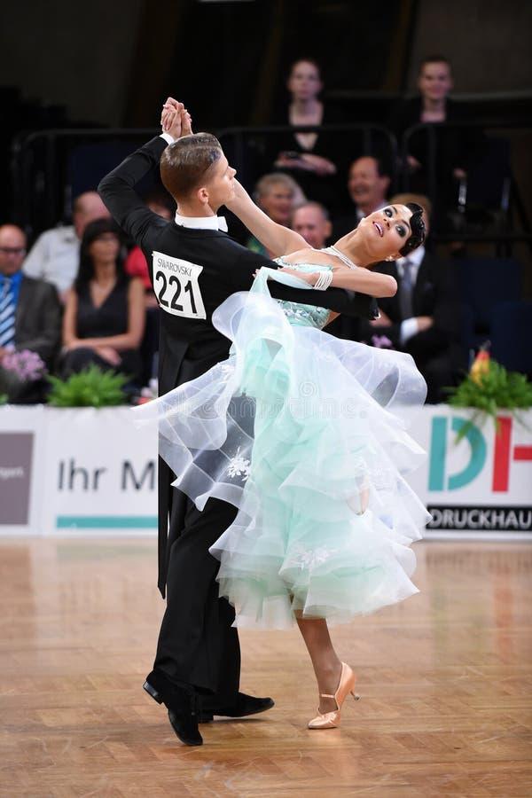 在舞蹈的一对未认出的舞蹈夫妇摆在全垒打Standart期间在德国人开放冠军 库存图片