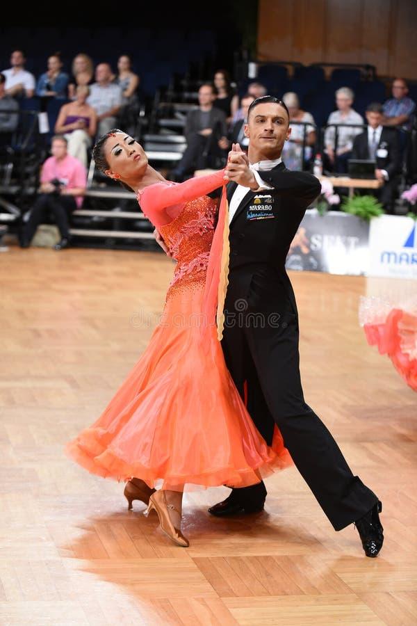 在舞蹈的一对未认出的舞蹈夫妇摆在全垒打Standart期间在德国人开放冠军 库存照片