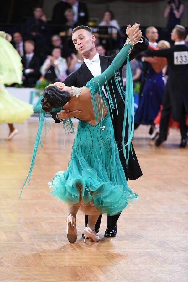在舞蹈的一对未认出的舞蹈夫妇摆在全垒打Standart期间在德国人开放冠军 免版税库存照片