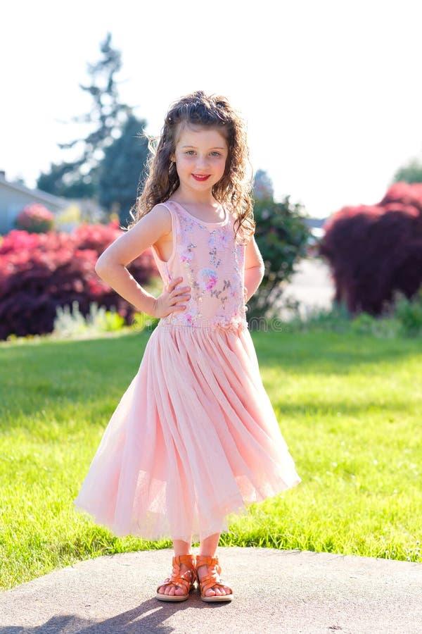 在舞蹈表现前的五岁的女孩画象 图库摄影