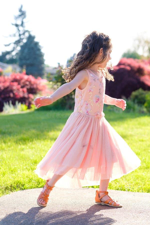 在舞蹈表现前的五岁的女孩画象 免版税库存照片