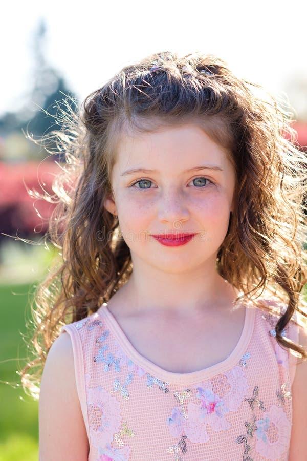 在舞蹈表现前的五岁的女孩画象 库存图片