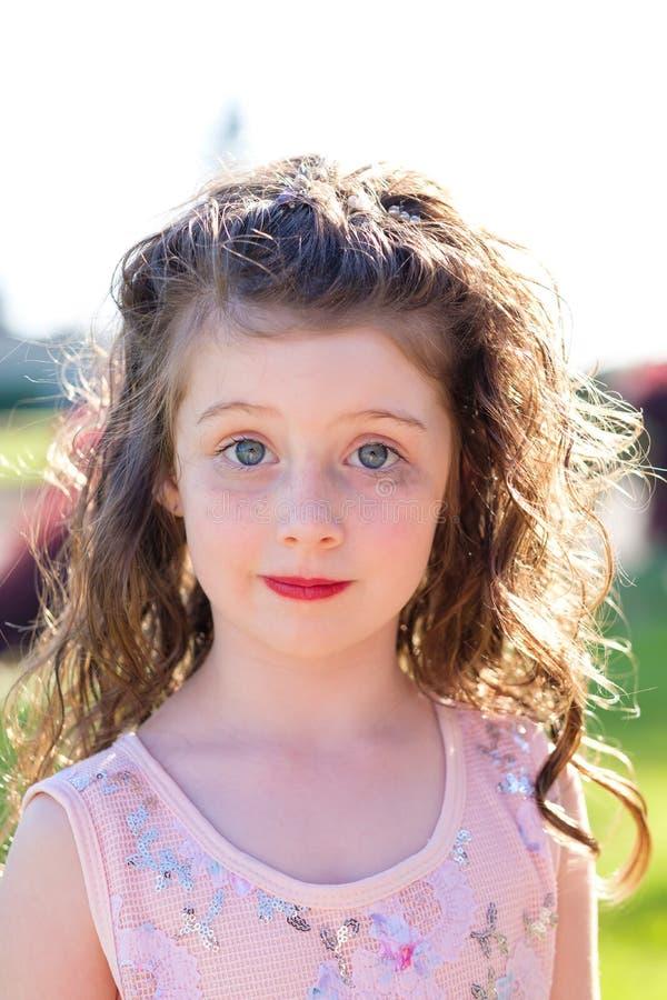 在舞蹈表现前的五岁的女孩画象 库存照片