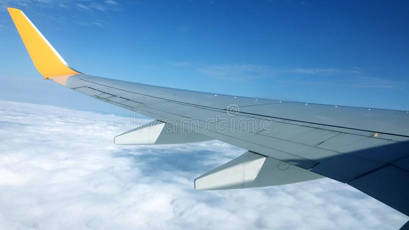 在航空器之上覆盖翼 免版税库存照片