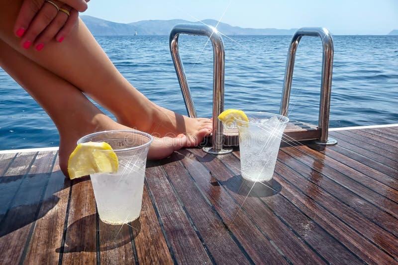 在航行的甲板的饮料乘快艇 免版税库存照片