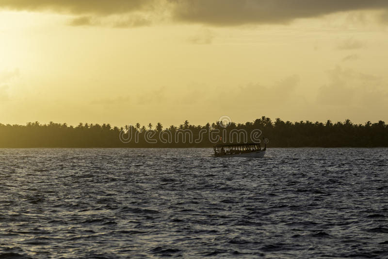 在航行的Dhoni在日落在马尔代夫 图库摄影
