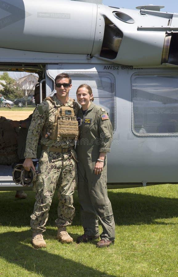 在舰队星期期间,从EOD队和未认出的直升机飞行员的未认出的美国海军在水雷对抗措施示范以后 免版税库存图片