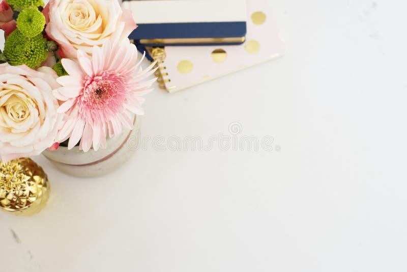 在舱内甲板的女性工作场所概念放置样式与,花,金黄菠萝,在白色大理石背景的笔记本 顶视图,双桅船 免版税库存图片