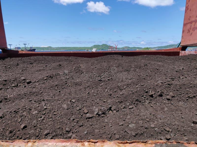 在舱口盖的煤炭在大块船 图库摄影