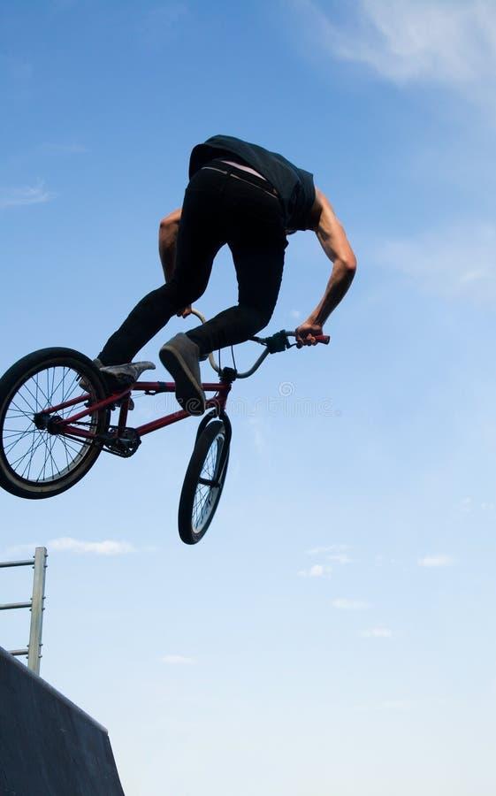 在舷梯的单车手bmx 免版税图库摄影