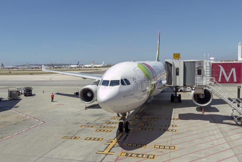 在舷梯的喷气式客机在里斯本,葡萄牙 库存图片
