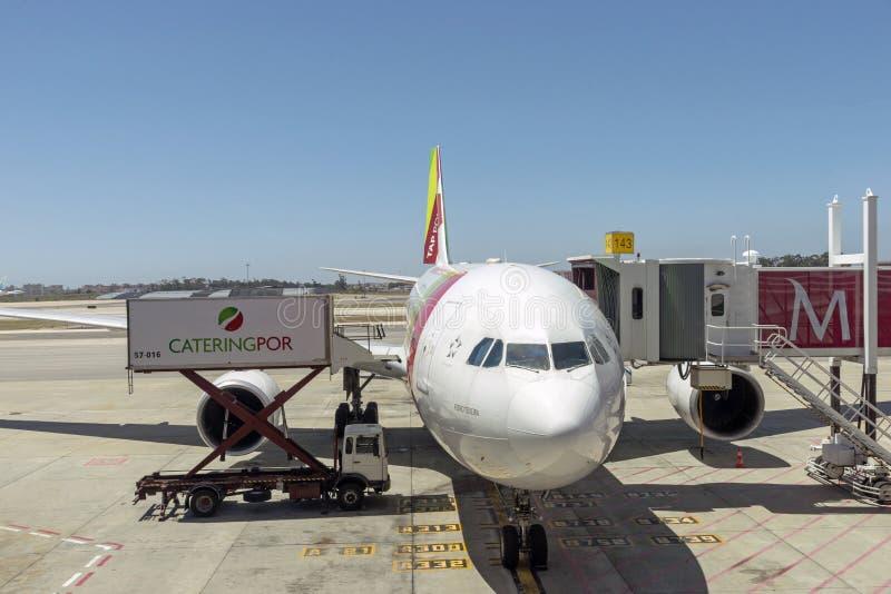 在舷梯的喷气式客机在里斯本,葡萄牙 图库摄影