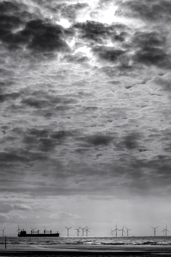 在船上的剧烈的天空在Burbo银行,单色 图库摄影