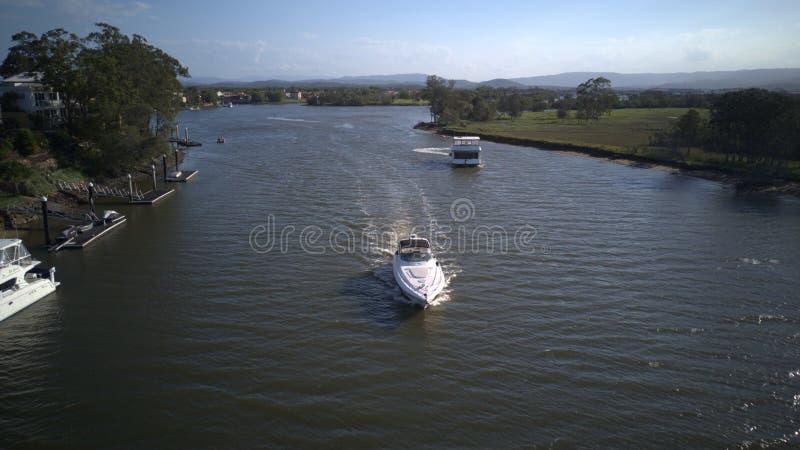 在船上豪华游艇和小船希望海岛coomera河 免版税库存照片