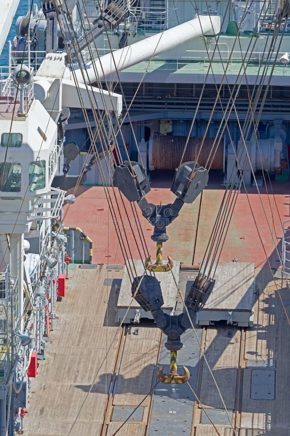 在船前甲板的海洋停泊的设备  库存图片