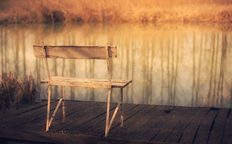 在船坞的偏僻的长凳 库存照片